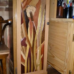 Une partie de l'horloge et du mobilier de bureau fabriqués par Bernard en bois de récupération