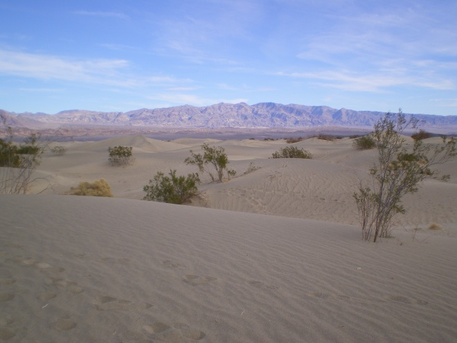 Les dunes de sable au pied des montagnes de Death Valley