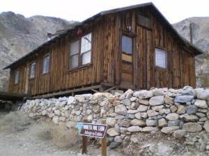 Chalet à flanc de montagne disponible gratuitement. Introuvable sur une carte. Accessible uniquement aux amants de la Vallée de Panamint.