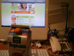 Nouveau design du bouchon du contenant de jus Tropicana. Imitation d'orange.