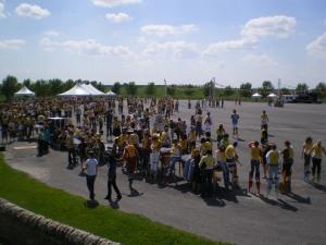 Une petite partie des participants au record Guiness des échasses, une heure avant le coup d'envoi de la ballade de 100 mètres
