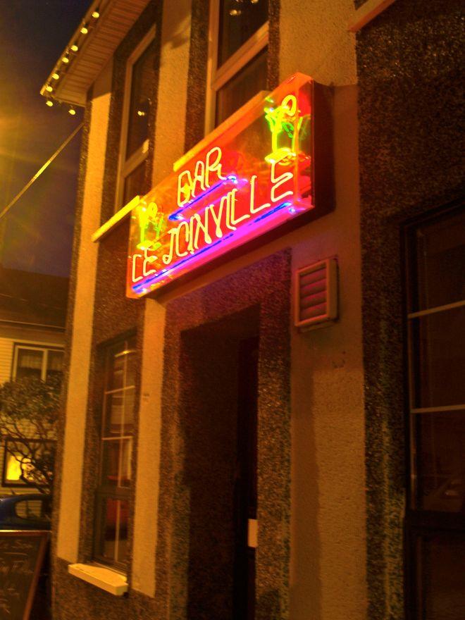 Néons du bar et discothèque le Joinville, St-Pierre, St-Pierre et Miquelon.
