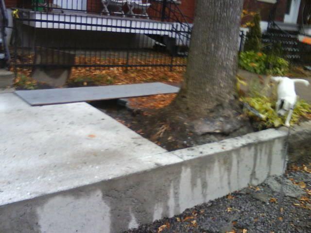 Oups! Un oubli dans la réfection du trottoir : des camions de béton devront repasser par ici.